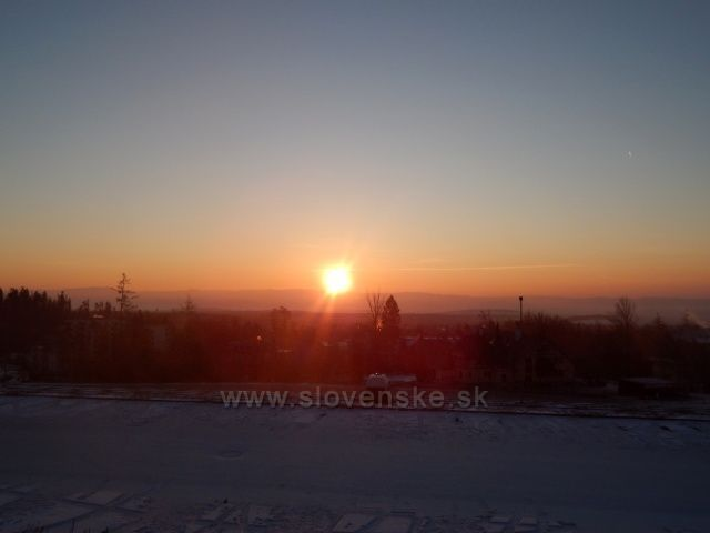 východ slunce brzy ráno