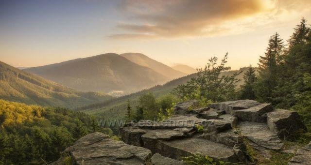Mazácká skála s kopcem Smrk