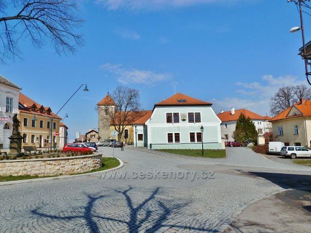 """Nasavrky - dolní část náměstí se sochou sv.Jana Nepomuckého,kostelem sv.Jiljí, restauracÍ """"U Lípy"""" a zámkem"""
