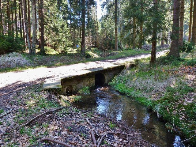 Mostek přes Těchonínský potok v zatáčce pod tvrzí Boudou