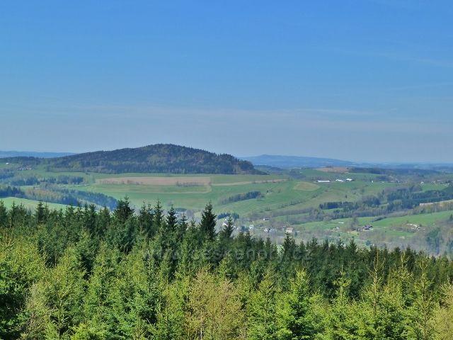 Pohled z cesty pod Vysokým kamenem na okraj Celného, Studenecký vrch a vlčkovický kravín