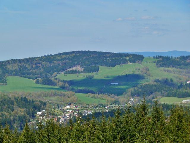 Pohled z cesty pod Vysokým kamenem do mlaskovského údolí a na vrch Adam