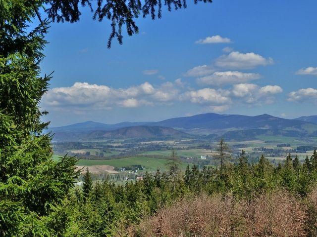 Pohled na podhůří masivu Králického Sněžníku.Uprostřed vrch Urwista, vlevo okraj Bystřických hor