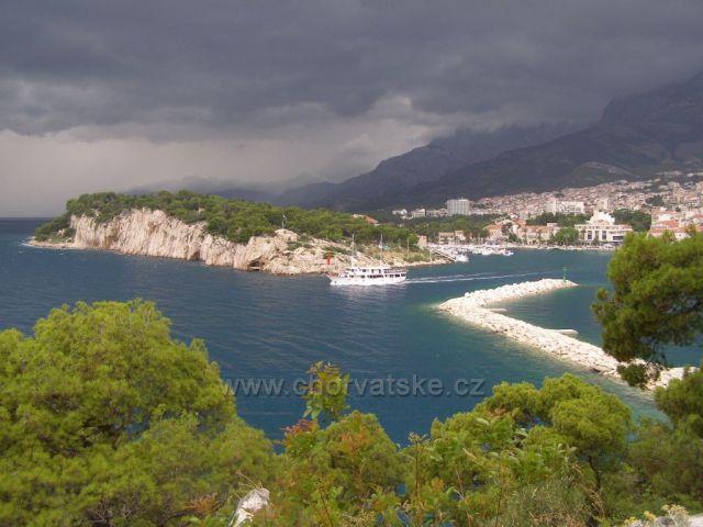 Pohled na Makarskou před bouřkou.