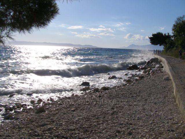 Pláž Tučepi - trochu vlnky.