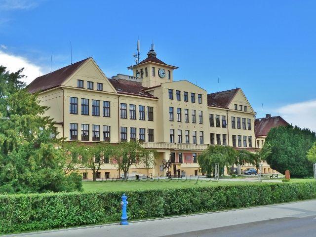 Mšeno - budova základní školy pochází z roku 1928