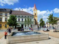 Mšeno - kašna na náměstí míru a věž kostela sv.Martina