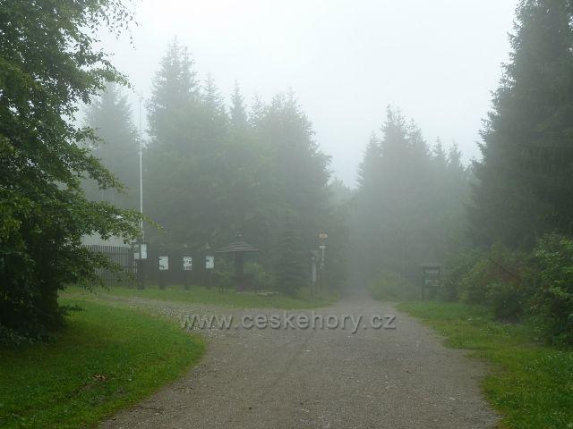 Visalaje - mlha před výzkumnou stanicí Bílý kříž