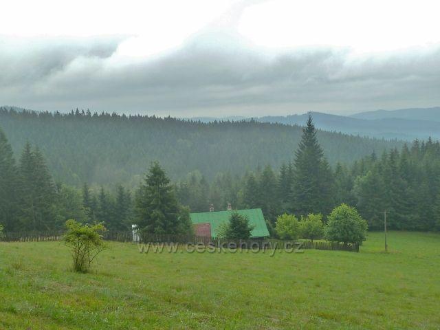 Visalaje - chalupa pod Muroňkou, pohled z cesty na Gruň