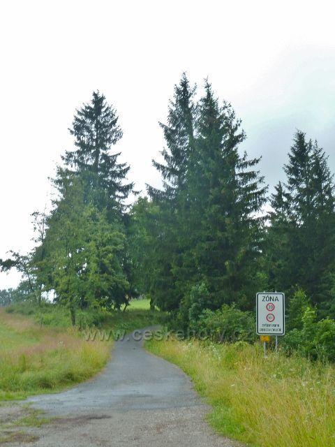 Označení turistické zóny na Grůni u silničky z Bílého kříže