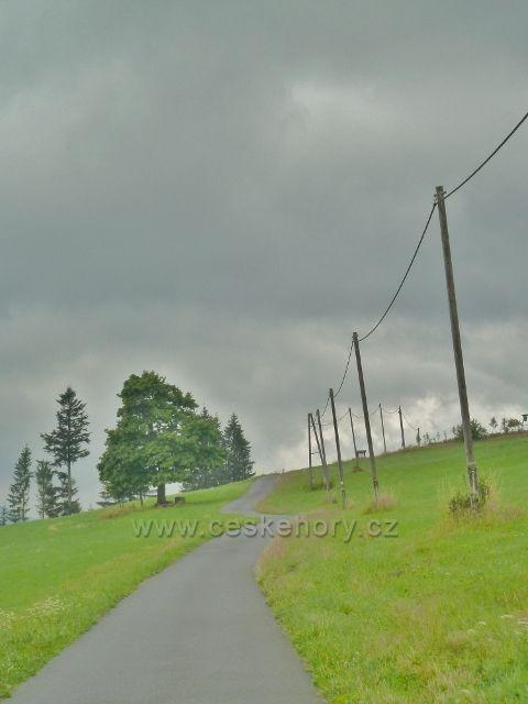 Pohled od Bačovsiké Chyže k pomníku valašské ovci