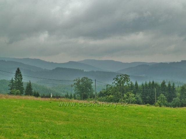 Grúň - pohled z rozhledového místa na protilehlé vrcholy Beskyd