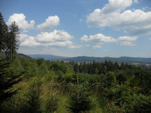 Pohled na Petrovský vrch, vzadu na Ztracené kameny z cesty z Šumperku do Rejchartic
