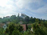 Vranov - pohled z ulice Na Gruntech ke kostelu Narození Panny Marie