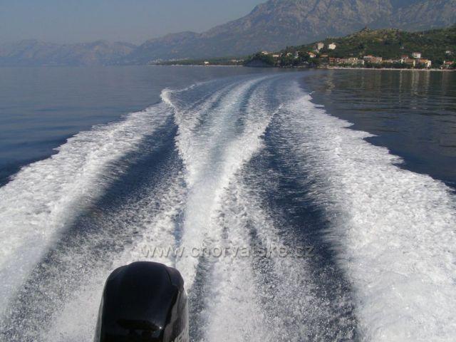Půjčili jsme si motorový člun.