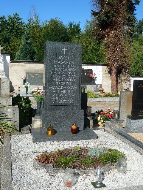 Hustopeče - hrab rodičů TGM na místním hřbitově