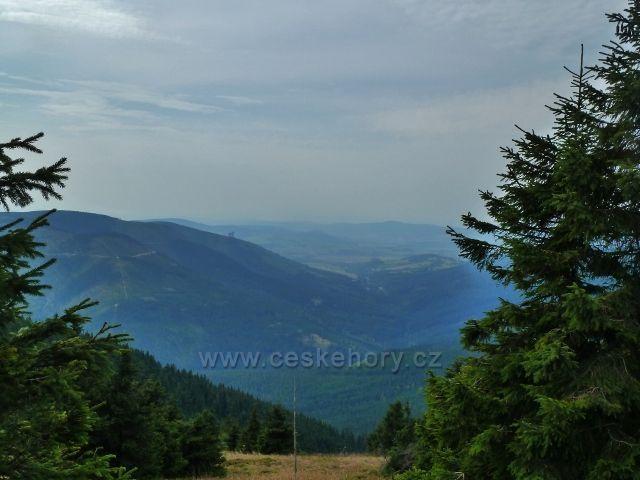 Králický Sněžník - pohled z vrcholu hory do údolí horního toku řeky Moravy
