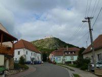 Pavlov -pohled z Lužní ulice k hradu Děvičky