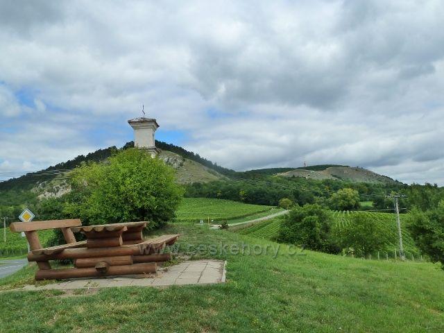 Pálava - pohled od sedánku na okraji Klentnice na vrchy Pálavu a Děvín