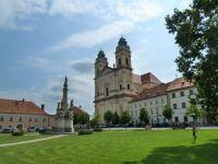 Valtice - barokní kostel Nanebevzetí Panny Marie a morový sloup na náměstí Svobody
