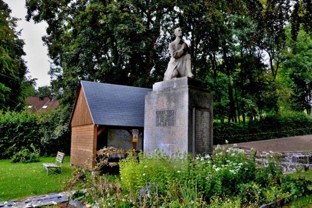 Polevsko-památník a přístřešek