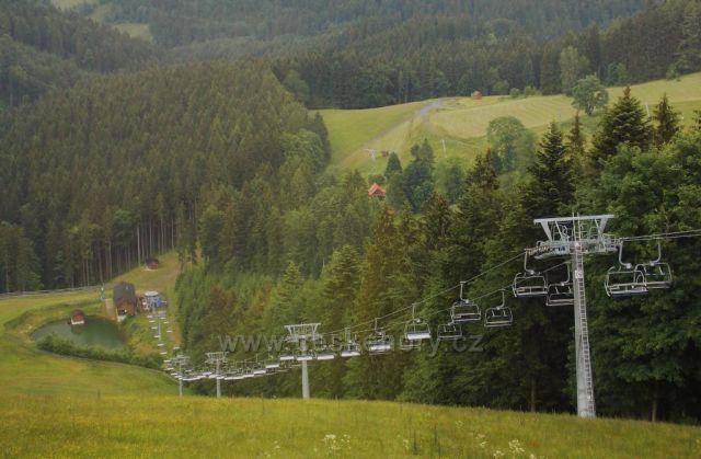 Pohled od Kokútky v Javorníkách na lyžařský vlek