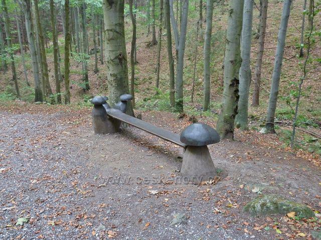 Horní Lipová - jedna z laviček u silničky k lesnímu baru