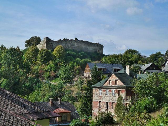 Lanšperk - pohled na hrad a část podhradí z místní silničky