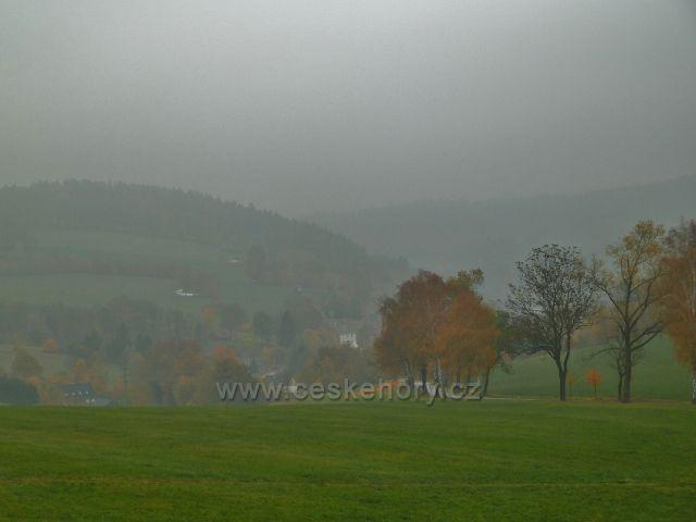 Těchonín - pohled do zamlženého údolí obce Celné