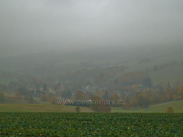 Vlčkovice - pohled ze silničky od Těchonína do zamlženého údolí obece Celné