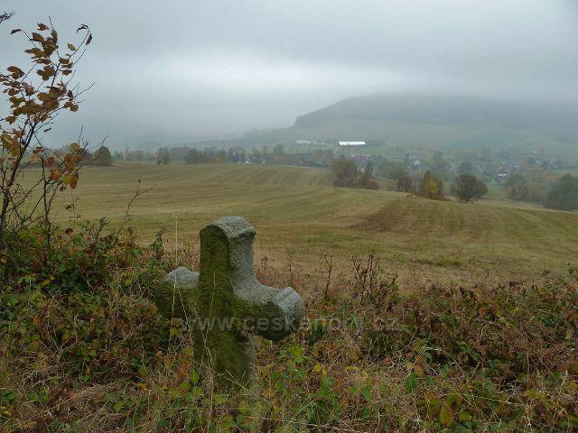 Vlčkovice - pohled od smírčího kříže k horní části obce, v pozadí Studenecký vrch