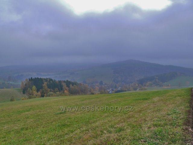 Vlčkovice - pohled ze silničky k Těchonínu na vrch Hejnov (711 m.n.m.) nad Celným
