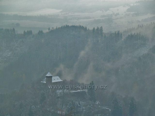 """Pohled z vyhlídky nad Litickým lomem na """"tajemný hrad"""" Litice"""