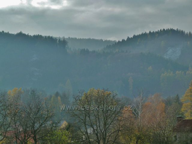 Potštejn - pohled od Spáleného mostu k hradu Valšov, na obzoru vykukuje vrchol rozhledny Vrbice