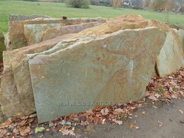 Záměl, kamenictví - každý plát rozřezaného kvádru zeleného pískovce má originální kresbu