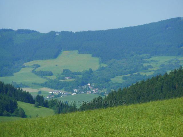 Pohled na Horní Boříkovice a část hřebene Suchého vrchu