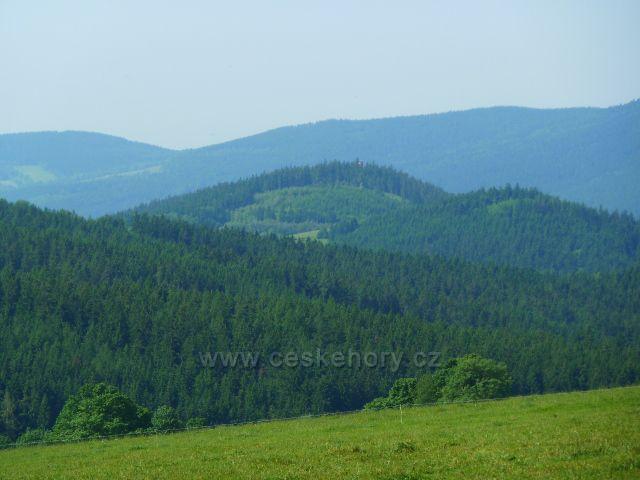Pohled na Kamenáč(729 m.n.m.) a Křížovou horu(735 m.n.m.).V pozadí Buková hora