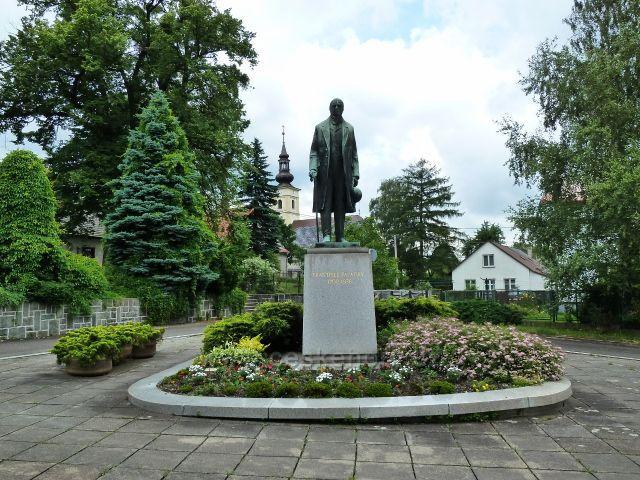 Hodslavice - pomník Františka Palackého před budovou Obecního úřadu