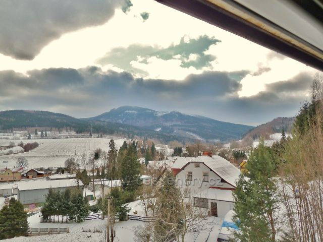 Pohled z vlaku v Horní Lipové k Šeráku a Obřím skalám