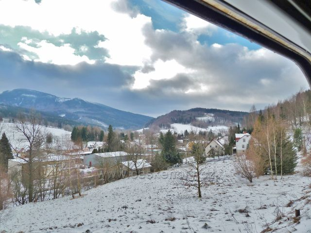 Pohled z vlaku na Horní Lipovou a Šerák