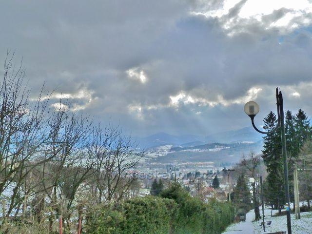 Pohled ze schodů nad Kalvodovo ulicí na protilehlé kopce