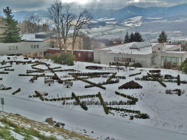 Lázně Jeseník - okrasnou zahradu pod Priessnitzovým sanatoriem pokrývá sníh
