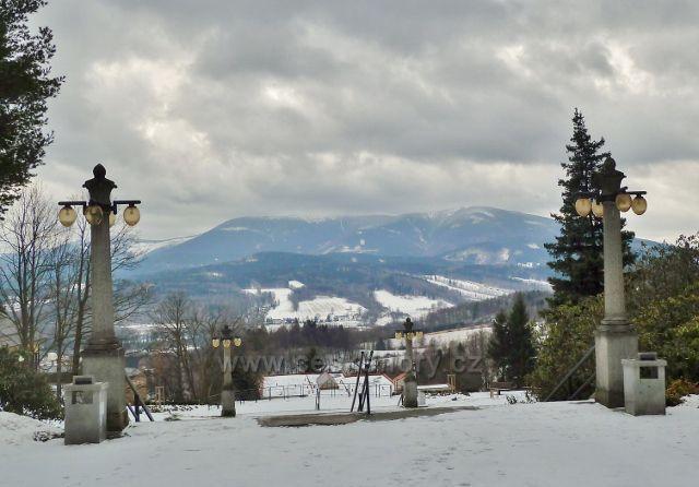 Lázně Jeseník - pohled od Priessnitzova sanatoria na hřeben Šerák - Keprník