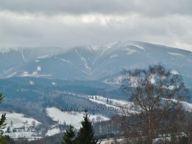 Lázně Jeseník - pohled od Priessnitzova sanatoria do údolí Javořického potoka pod chatou Jiřího na Šeráku