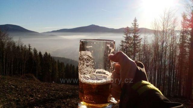 Pohled na Lysou Horu z vyhlídky hory Prašivá, i když je Silvestr bohužel bez bílé nadílky.