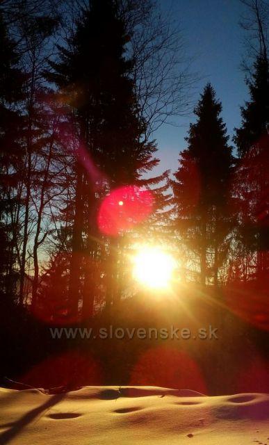 Krásný východ slunce, pohled z lesa při výstupu na Martinské Hole.