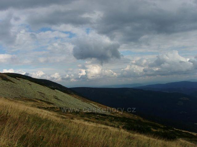Tráva, kamení a oblaka