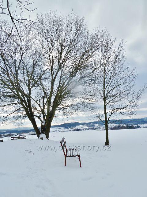 Žamberk - jedna z laviček pod rozhlednou na Rozálce