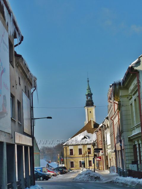 Žamberk - průhled ze Zámecké ulice k radnici na Masarykově náměstí