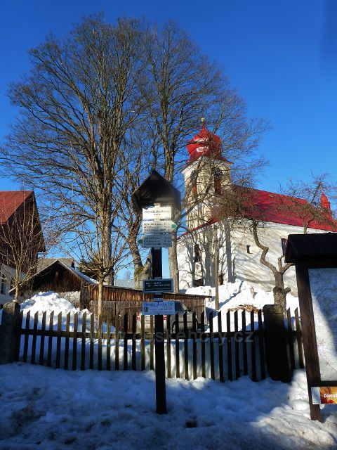 Říčky v O.h. - turistický rozcestník před kostelem Nejsvětější Trojice